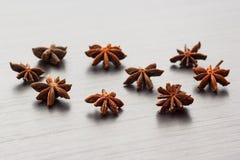 Bakgrund av kryddor på en trätabell Royaltyfri Bild