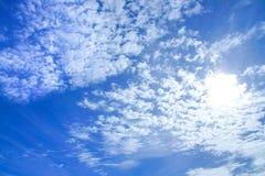 Bakgrund av ljusa himmelblått färgade himmel med det vitt molnet och solsken Arkivbilder