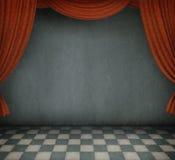 Bakgrund av lokalen med röda gardiner. Arkivfoton