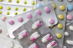 Bakgrund av många färgrika preventivpillerar i blåsor farmaceutiskt begrepp arkivfoto