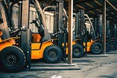 Bakgrund av många gaffeltruckar, pålitlig tung laddare, lastbil royaltyfria foton