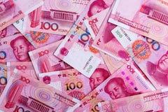 Bakgrund av många kinesiska 100 anmärkningar för RMB Yuan Arkivfoto