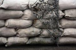 Bakgrund av många smutsig sand hänger löst för flodförsvar Skyddande sandsäckbarrikad för militärt bruk Stilig taktisk bunker fotografering för bildbyråer