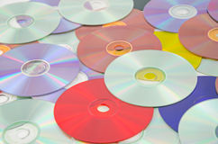 Bakgrund av mångfärgade CDs Arkivbilder