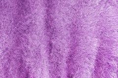 Bakgrund av mjukt fluffigt rät maskatyg Lila stucken textur arkivfoto