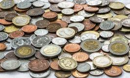 Bakgrund av mynt från hela världen royaltyfria bilder