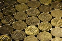 Bakgrund av mynt (10 RUR) Arkivfoton