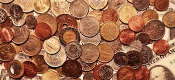 Bakgrund av mynt som ligger på pappers- sedlar av Förenta staterna royaltyfri foto