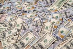 Bakgrund av nya 100 och den gamla dollaren Arkivbild