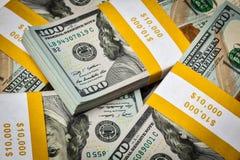Bakgrund av nya 100 US dollar sedelräkningar Royaltyfria Bilder