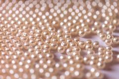 Bakgrund av pärlan pryder med pärlor closeupen royaltyfri bild