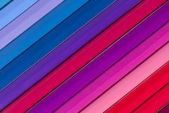 Bakgrund av parallella färgrika blyertspennor, lutar Arkivfoto