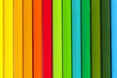 Bakgrund av parallella färgrika blyertspennor, slut upp Royaltyfria Foton