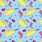 Bakgrund av paraplyer, gummistöveler, handväskor och eyewearen Vår och höstskor och tillbehör Mode Royaltyfri Bild