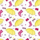 Bakgrund av paraplyer, gummistöveler, handväskor och eyewearen Vår och höstskor och tillbehör Mode Royaltyfri Foto