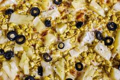 Bakgrund av pizza med höna och ananasnärbild royaltyfri bild