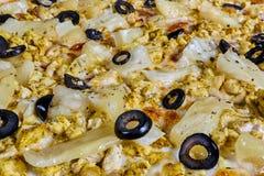Bakgrund av pizza med höna och ananasnärbild arkivbild