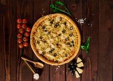 Bakgrund av pizza med höna och ananasnärbild royaltyfri fotografi