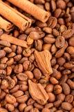 Bakgrund av placersna av cl för kaffebönor och för kanelbruna pinnar Royaltyfria Bilder