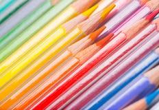 Bakgrund av regnbåge färgade blyertspennor royaltyfria foton