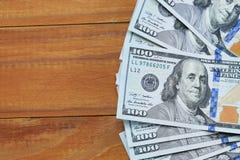 Bakgrund av sedlar av kopior för $ 100, gammalt och nya med ett ställe för supercilium Arkivfoto
