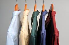Bakgrund av skjortor som hänger på en hängare Arkivfoton