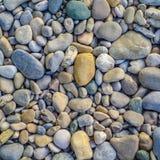 Bakgrund av släta flodstenar Royaltyfria Foton