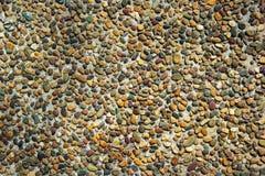 Bakgrund av små naturliga stenar i betong Vägg med den naturliga stenen Stuckatur med stenar Royaltyfria Foton