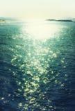 Bakgrund av solnedgången och havsvågor Filtrerad bild Arkivfoton