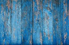 Bakgrund av spruckna gamla blått målar på en trävägg av bräden Royaltyfria Foton
