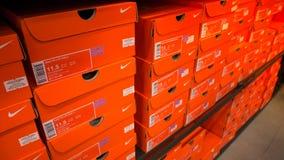 Bakgrund av staplade Nike skoaskar arkivfoto