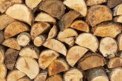 Bakgrund av staplat trä Klart vedträ Olika sorter av träjournaler som överst staplas av de Arkivfoto
