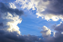 Bakgrund av stormmoln Arkivbild
