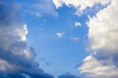 Bakgrund av stormmoln Arkivfoto