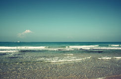 Bakgrund av stranden och havet vinkar, tappningfiltret Royaltyfria Foton