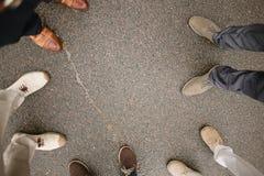 Bakgrund av studenter står i cirkelpojkar bär skolalikformign arkivbilder