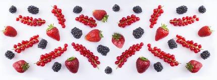 Bakgrund av svart och röd mat Mogna röda vinbär, jordgubbar och björnbär på en vit bakgrund Royaltyfri Foto