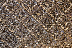 Bakgrund av svarta pärlor med bergkristaller Arkivfoton