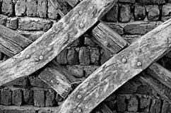 Bakgrund av tegelstenväggen Wood Cross utfärdade fotoet Royaltyfri Foto