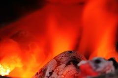 Bakgrund av varma kol i branden royaltyfria bilder