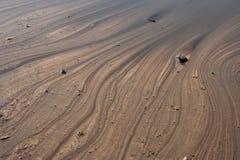 Bakgrund av vattnet på den bruna jordabstrakt begrepplinjen Arkivbild