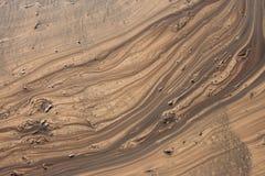 Bakgrund av vattnet på den bruna jordabstrakt begrepplinjen Royaltyfri Fotografi