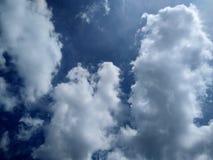 Bakgrund av vit molnig blå himmel royaltyfri foto