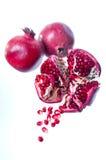 bakgrund bär fruktt pomegranatewhite Arkivbilder