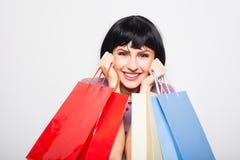 bakgrund bags brunett över vitt kvinnabarn för shopping Royaltyfria Bilder