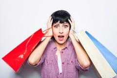 bakgrund bags brunett över vitt kvinnabarn för shopping Fotografering för Bildbyråer