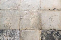Bakgrund bildade vid de gamla brutna tegelplattorna av ett landshus Royaltyfri Bild