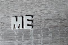 Bakgrund Bokstäver på trätabellen ` Mig `, Arkivbild