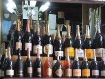 bakgrund bottles livstid som fortfarande sparkling vit wine Royaltyfria Bilder
