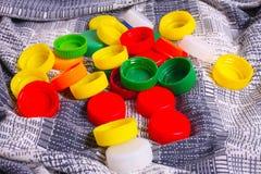 bakgrund caps färgplast- Arkivfoto